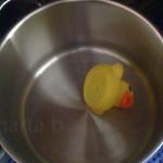 lembrei-me logo desta foto, tirada quando ela tinha 1 ano e achou que fazia sentido enfiar o pato na panela :)